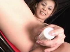 Sexy Natsumi bones a vibrator around her snatch